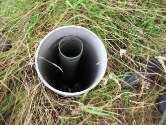 Foto van regelput om het ontwateringsniveau van de drainagebuizen in te stellen.