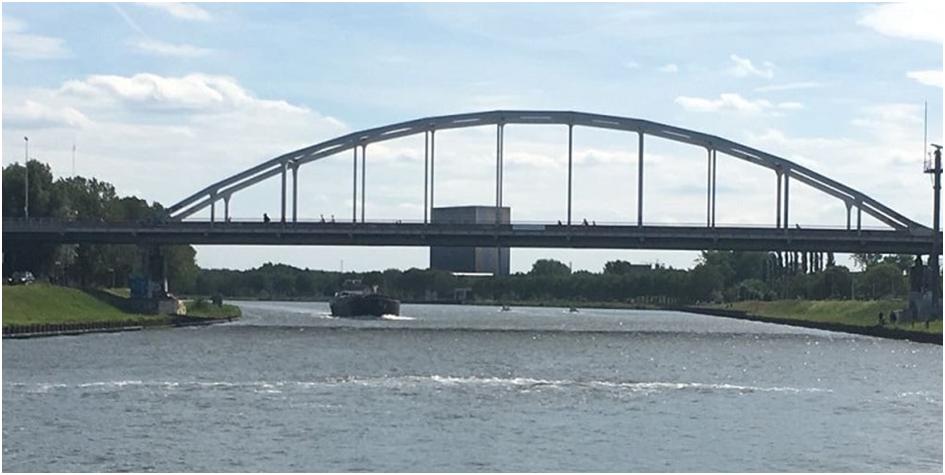 Afbeelding 9. Inzet tijdelijk bellenscherm in Amsterdam-Rijnkanaal (zomer 2018), dit is later vervangen door een permanente opstelling (bron: waterforum.net).